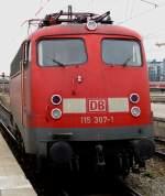 BR 115/12799/die-br-115-307-rangiert-aus Die Br 115 307 rangiert aus dem Müncher Bahnhof raus.
